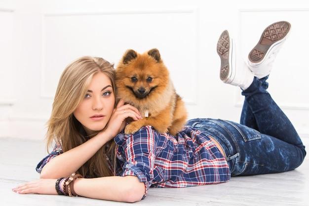 Красивая женщина с собакой
