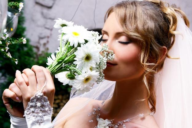 花を持つ若い花嫁