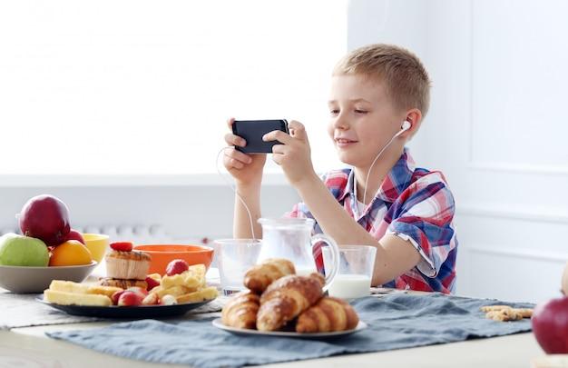 テーブルで若い男の子