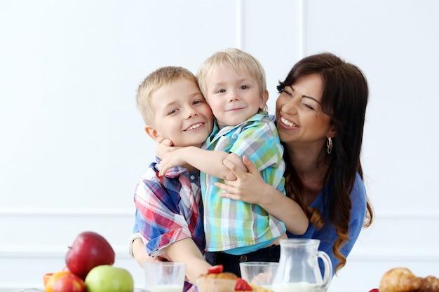 Семья во время завтрака
