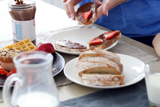 テーブルで美味しい朝食