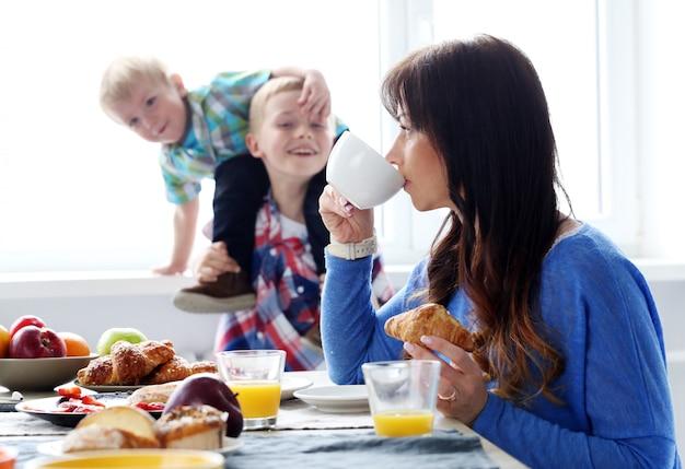 朝食中の家族