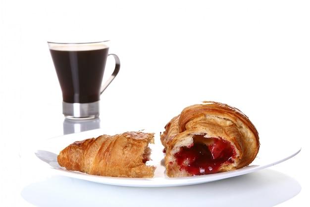 ブラックコーヒーとデザートフルーツケーキ