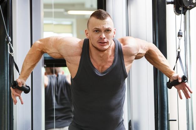Гимнастический зал. красивый мужчина во время тренировки