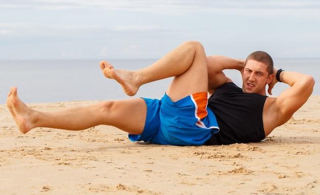 Культурист на пляже