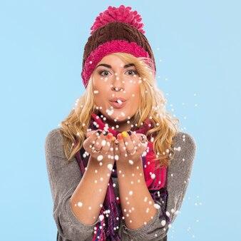 Красивая блондинка в шляпе и шарфе