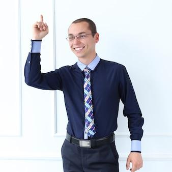 オフィス。仕事で幸せな男