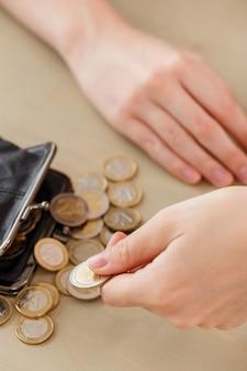 お金、金融。財布を持つ女性