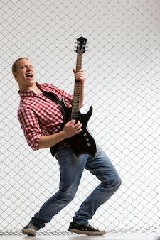 ギターを持つ若いミュージシャン