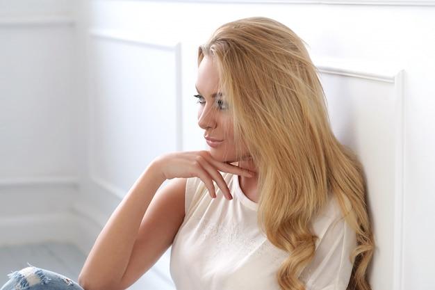 Привлекательная блондинка