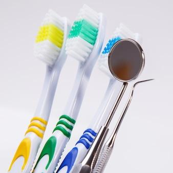 Зубные щетки на столе