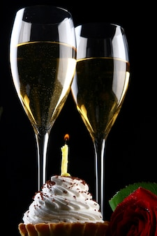 新鮮で非常においしい飲み物とカップケーキとキャンドル