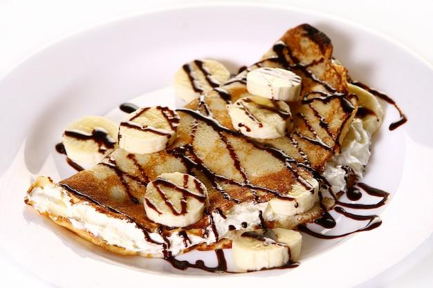 Десертная тарелка с блинами и бананом