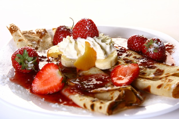 Десертная тарелка с блинами и клубникой