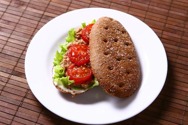 マグロと野菜の新鮮なサンサンドイッチ