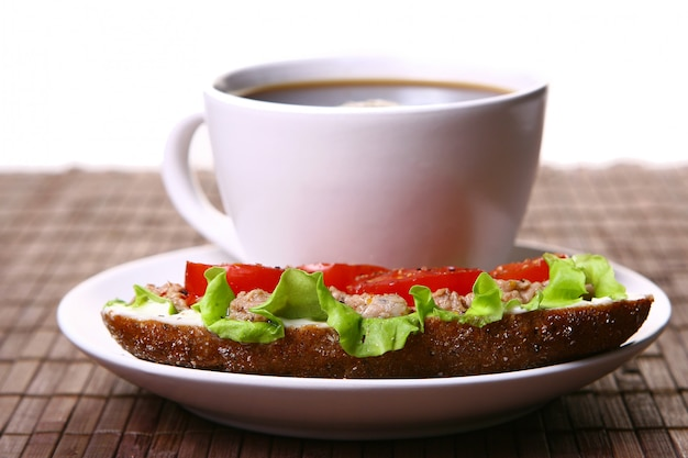 Свежий бутерброд со свежими овощами и кофе