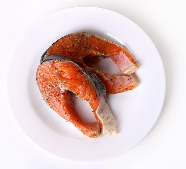 皿に新鮮なサーモン