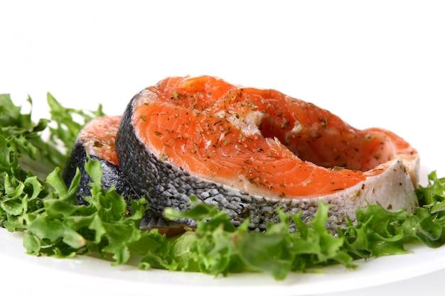 サラダと新鮮なサーモンガーニッシュ