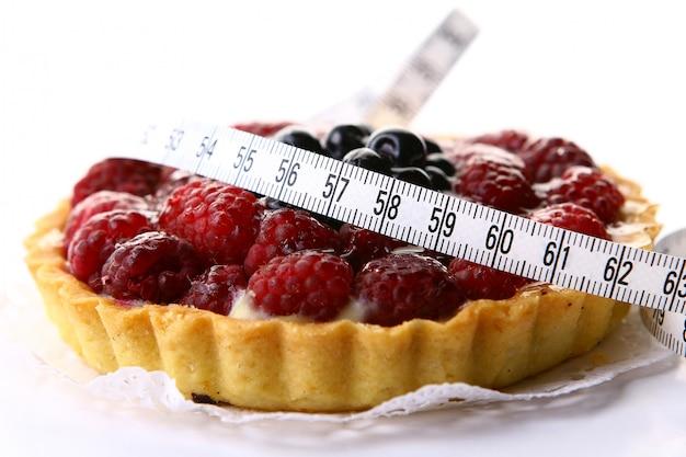 Свежий пирог с черникой и малиной