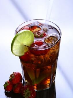 Свежий ледяной чай со льдом и клубникой