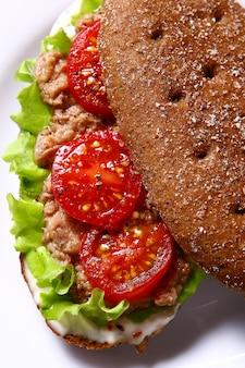 Свежий сандвич с тунцом и овощами
