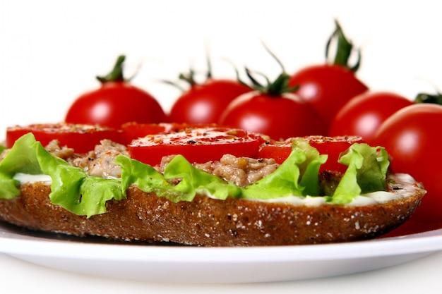 Свежий бутерброд со свежими овощами