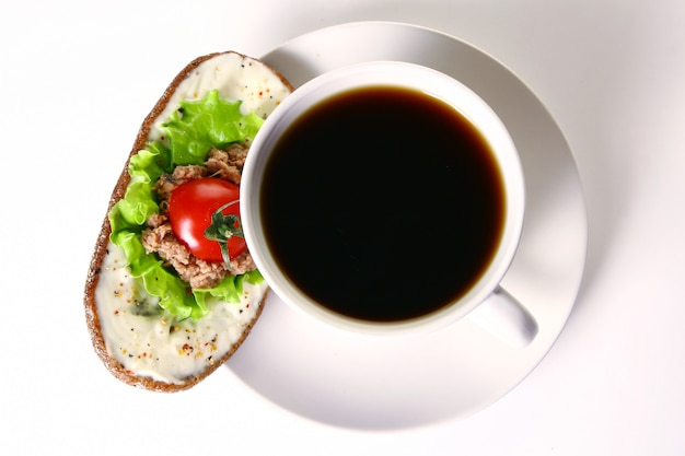 マグロと野菜の新鮮なサンドイッチ
