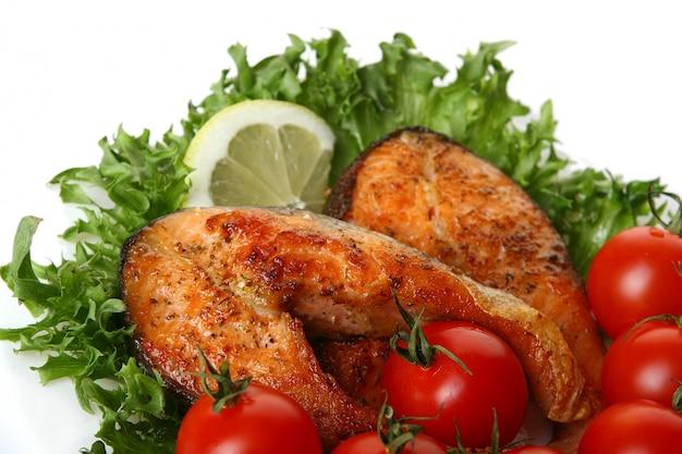 Свежий лосось гарнир с салатом