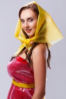 Красивая женщина в дождливый день