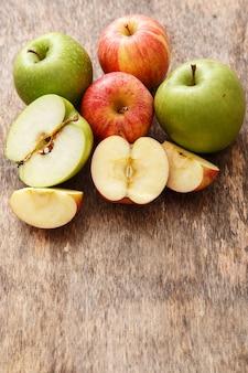 テーブルの上のリンゴ