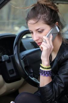 車の中で魅力的な女性