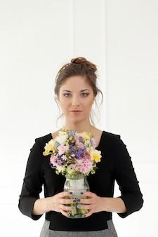 花束を持つ美しい少女