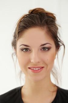広い笑顔で美しい女性