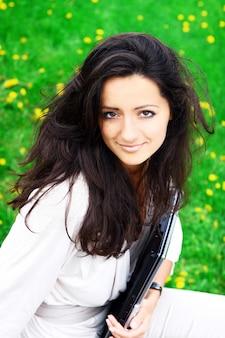 Красивая и привлекательная женщина в парке