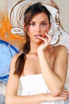 Молодая и красивая женщина на улице