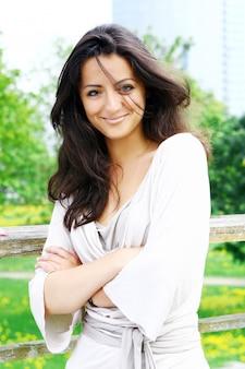 公園の美しく、魅力的な女性