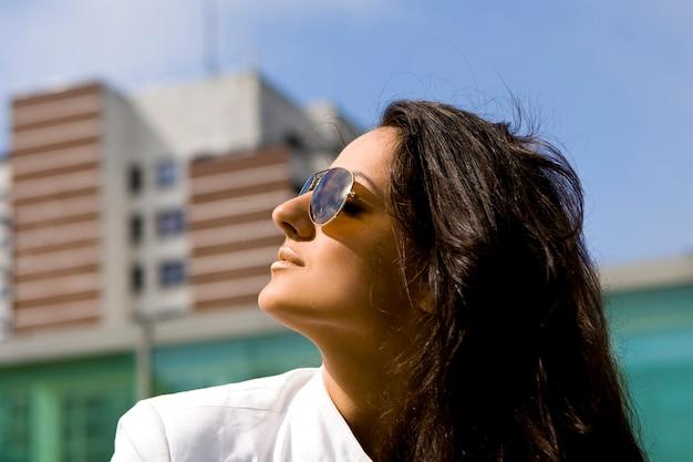 Красивая и привлекательная женщина на улице