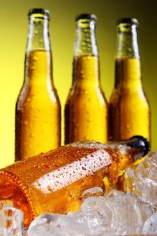 氷と冷たい新鮮なビールのボトル