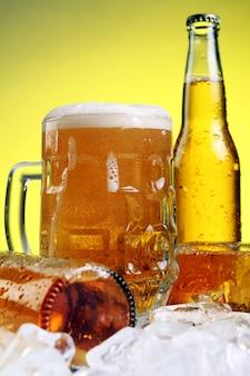 黄色の背景に泡とビールのグラス