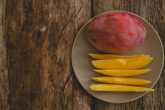テーブルの上のマンゴー