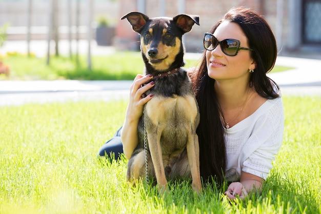犬と美しい女性