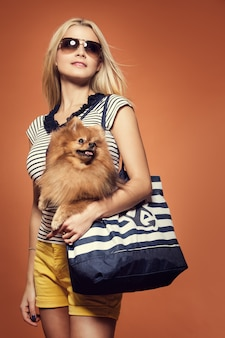 夏。犬と美しいブロンド