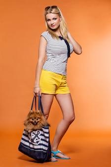 Летом. красивая блондинка с собакой