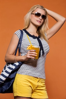 Летом. красивая блондинка с соком