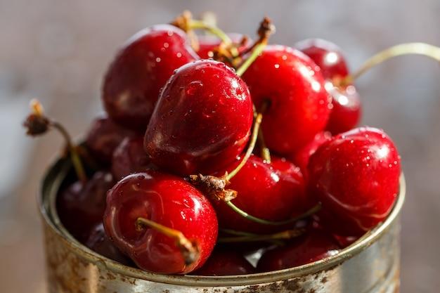 Вкусная вишня на столе