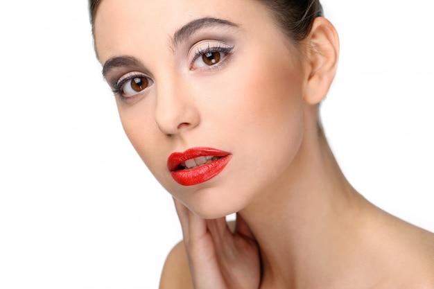 完璧な肌と赤い口紅の美しい少女