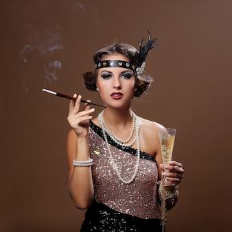喫煙、茶色の背景を持つパーティー女性