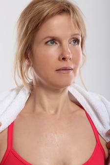 Женщина делает упражнения с видом гантелей со спины