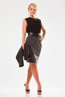 Красивая женщина со светлыми волосами и черным костюмом