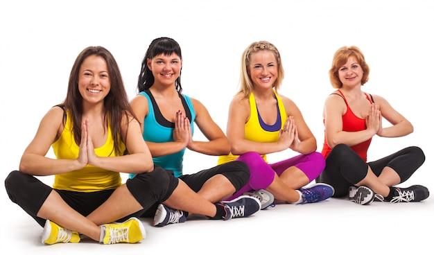 Группа женщин, наслаждаясь йогой